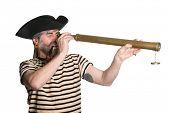 Pirata mira a través de un telescopio y fuma una pipa.  Aislado en blanco.