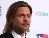 LOS ANGELES - 12 de ene: BRAD PITT llegar a Choice Movie Awards 2012 de crítico el 12 de enero de 2012