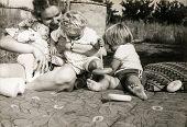 Foto de época de madre con tres niños (principios de los ochenta)