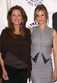 LOS ANGELES - AUG 10:  MARY McDONNELL & KYRA SEDGWICK arriving to An Evening with