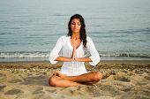 Mulher bonita fazendo Yoga na praia