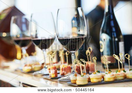 Постер, плакат: Кейтеринг услуги фон с закусками и бокала вина на прилавке бармен в ресторане, холст на подрамнике