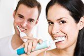 Pareja cepillarse los dientes en el baño