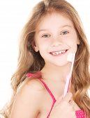 Chica feliz con el cepillo de dientes