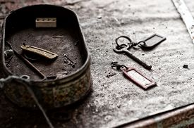 pic of barn house  - Old keys abandoned in a very old house - JPG