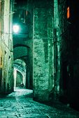 Beco de noite na antiga cidade de Siena, Toscana, Itália