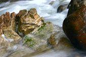River und Felsen