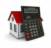 Calculadora inclinou-se sobre uma pequena casa com telhado vermelho