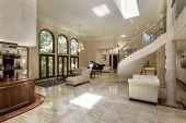 Gran comedor con pisos de mármol
