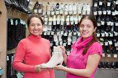 Frauen wählt Schuhe im Schuhe-Shop