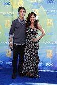 LOS ANGELES - 7 de AUG: Maria Canals-Barrera; David Henrie llega en los Teen Choice Awards 2011 celebrada