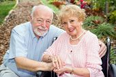 Behinderte senior Couple outdoors