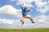 Joven entusiasta saltar encima de los campos en los Países Bajos