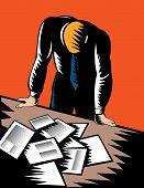 mannelijke kantoor werknemer staren op papierwerk