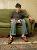 junger Mann mit Buch