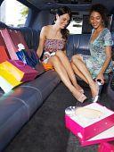 Mujeres de compras en limusina