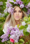 Постер, плакат: Spring portrait of a beautiful girl with lilac