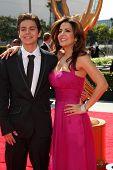 LOS ANGELES - 10 SEP: Jake T. Austin, Maria Canals-Barrera al llegar a la celebración de los Ángeles Artes