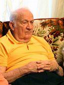 Anciano viendo Tv