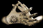 Mãos de mulheres com tatuagem Oriental