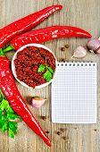 Adjika con chiles frescos y un bloc de notas