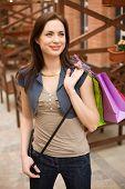 Moda menina com sacos de compras