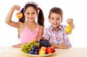 Niños con plato de fruta