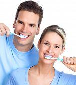 Pareja joven feliz con cepillos de dientes. Dientes sanos. cepillado de dientes