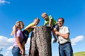 Glückliche Familie Ausflug im Sommer - entdeckten sie einen Stamm