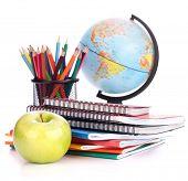 Globo, pila de cuaderno y lápices. Accesorios de estudios escolares y estudiantes. Volver a la escuela conce