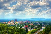Asheville (North Carolina) Skyline ist eingebettet in den Blue Ridge Mountains.