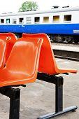 Stuhl warten auf den Zug