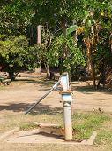 Antiga bomba de águas subterrâneas de Rusty