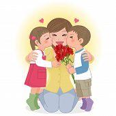 Menino e menina se beijando a mãe