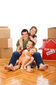 Feliz pareja con dos hijos en su nuevo hogar