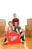 Familia feliz, mudarse a una casa nueva