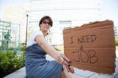 Arbeitslose Frau zeigen einer Nachricht in einem Karton, dass sie brauchen einen job