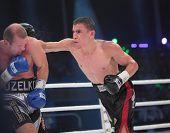 ODESSA, UKRAINE - 21. Juli: Vyacheslav Uzelkov (links) Vs Mohamed Belkacem im Kampf für WBO-Inter-Cont