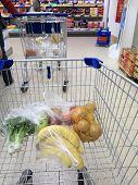 Carro de compras con tienda de comestibles en el supermercado