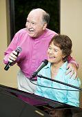 Singen altes Paar