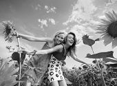 twee vriendinnen plezier op gebied van zonnebloemen
