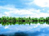 Fluss, Land mit Bäumen und bewölkten Himmel