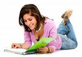 weibliche Studenten lesen eine notebook
