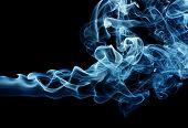 Zug von eine blaue Rauch verbreiten horizontal, isoliert auf schwarz