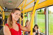 weibliche Passagier in einem Bus; vermutlich ist sie die Startseite Position