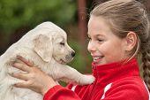 Meisje met een Golden retriever pup