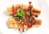 Gegrilltes Fischfilet und Speck dekoriert mit Petersilie