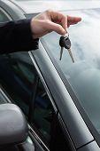 Alguém segurando as chaves do carro, pelo seu alcance ao ar livre