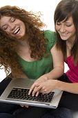 zwei Jugendliche mit Laptop-computer