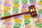 Richter-Hammer und Euro-Banknoten. Symbol Foto für Kosten bei Gericht und Auktionen